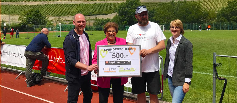 OHRpheus unterstützt Projekt Würzburg e. V. Spendenübergabe Igers, Stamm, Preuss, Schmitt Foto der Scheckübergabe